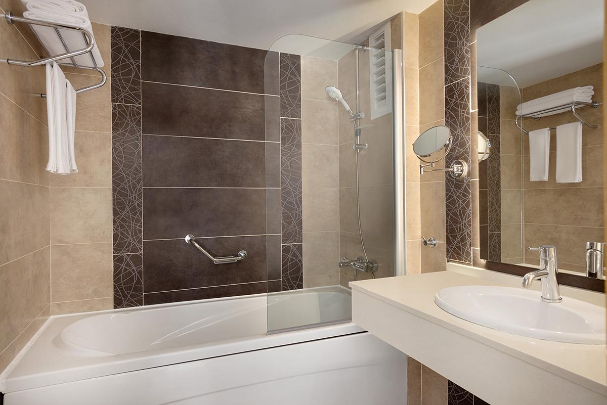 La-Quinta-By-Wyndham-Bodrum---Club-Room---Bathroom---1474061